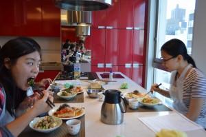ホストファミリーと和食を食べる様子2