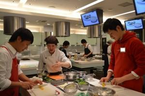 料理中です。先生が教室を見て回って丁寧に指導してくれます。