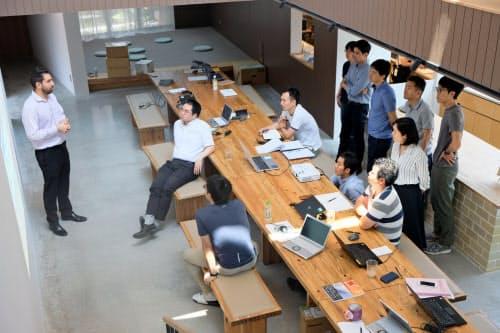 国内外から講師を招いて起業プランを練る