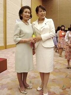 田中田鶴子名誉学園長(左)と森まさこ内閣府特命担当大臣(男女共同参画)兼女性活力・子育て支援担当大臣(右)